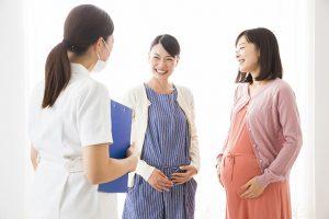 会話する妊婦さん