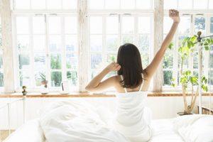 早起きする女性