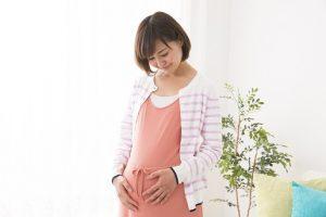 お腹を見つめる妊婦さん